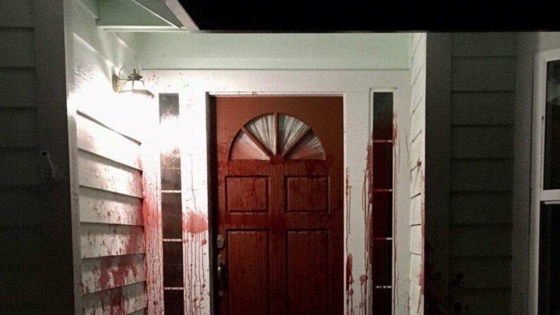 Sangre se ve salpicada en la puerta principal de la antigua residencia del oficial de policía retirado Barry Brodd en Santa Rosa, California, el 17 de abril de 2021. (Departamento de Policía de Santa Rosa)