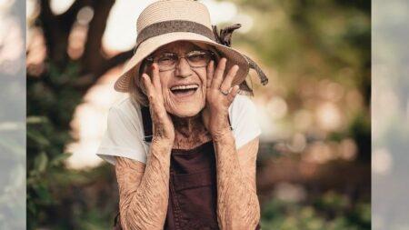 Abuela de 99 años realizó un vuelo y manejó un tanque de guerra: ¡Lleva 14 récords!