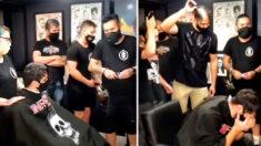 Reacción de hombre con cáncer en una barbería cuando el personal se rapa la cabeza inesperadamente: Video