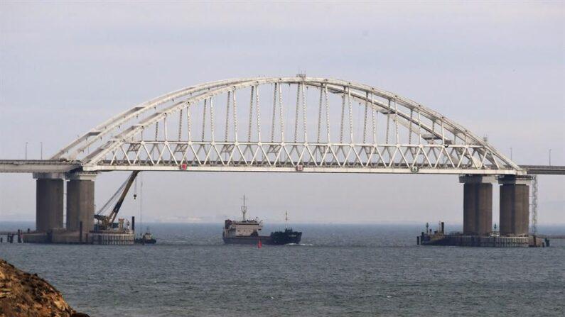 Vista de un puente sobre el estrecho de Kerch, que une Crimea y Rusia. EFE/Stringer/Archivo