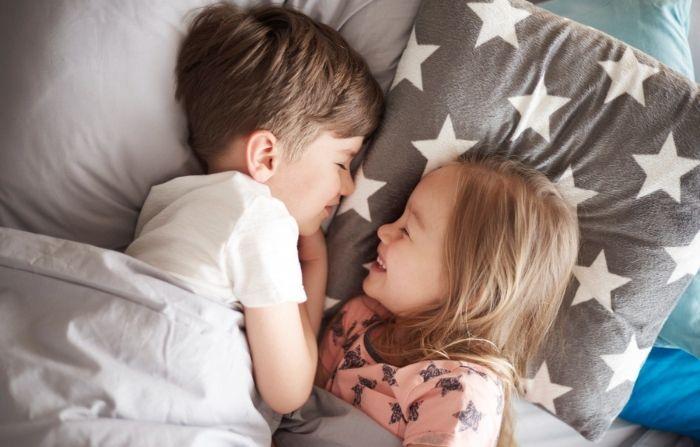 """Niño de 5 años auxilia a su hermana menor de morir asfixiada: """"¡Le salvó la vida!"""""""