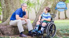 """Papá de un niño con espina bífida se inspira en la fe para afrontar el """"mayor temor"""" de su vida"""