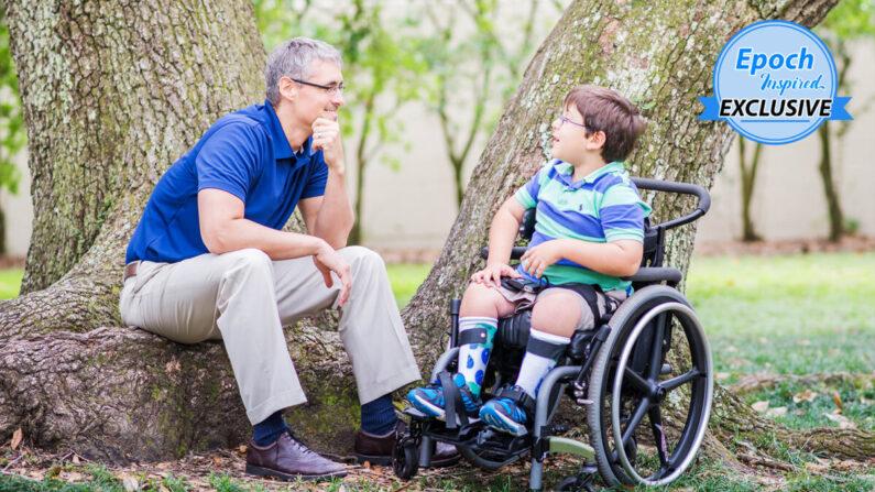 """Chad Judice, autor premiado y director de Catequesis en la Diócesis Católica de Lafayette, Louisiana, con su hijo Elijah """"Eli"""" Paul, quien sufre de espina bífida. (Cortesía de Chad Judice)"""