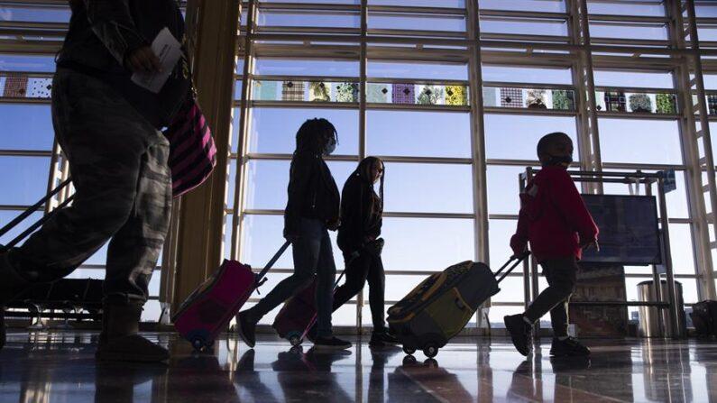Una de las terminales del aeropuerto internacional de Oakland (California) fue evacuada este martes 6 de abril de 2021 por la presencia de un hombre armado con un cuchillo que ha amenazado con quitarse la vida. EFE/EPA/Michael Reynolds/Archivo