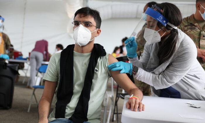 Una enfermera inmuniza a Juan Guevara con la vacuna Pfizer contra la COVID-19 en el campus norte del Miami Dade College en North Miami, Florida, el 10 de marzo de 2021. (Joe Raedle / Getty Images)