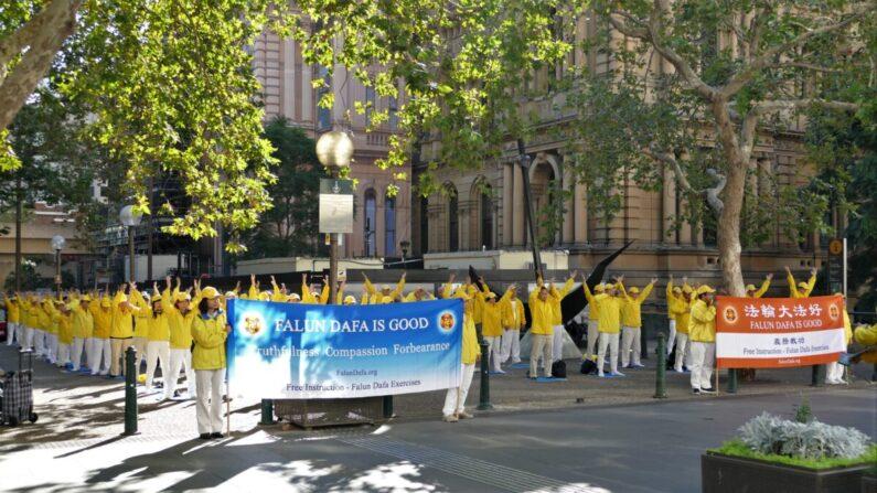Los practicantes de Falun Gong de Sidney recuerdan la histórica apelación del 25 de abril de 1999 en China el 23 de abril de 2021 en el Ayuntamiento de Sidney, Australia. (Yi Luoxun/The Epoch Times)