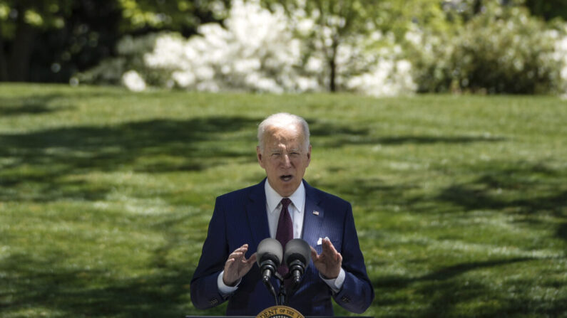 El presidente Joe Biden en el jardín norte de la Casa Blanca el 27 de abril de 2021 en Washington. (Drew Angerer/Getty Images)