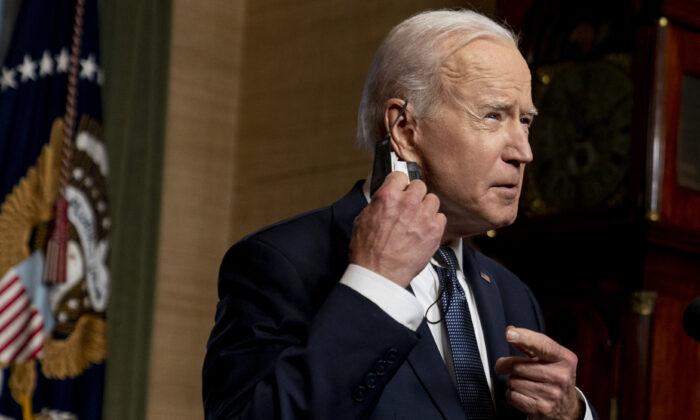 El presidente de Estados Unidos, Joe Biden, se quita la mascarilla para hablar desde la Sala de Tratados de la Casa Blanca sobre la retirada de las tropas estadounidenses de Afganistán en Washington el 14 de abril de 2021. (Andrew Harnik-Pool/Getty Images)