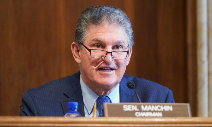 El senador Joe Manchin, (D-W.Va.) habla en una audiencia de confirmación en el Capitolio de EE.UU., en Washington, el 24 de febrero de 2021. (Leigh Vogel-Pool/Getty Images)