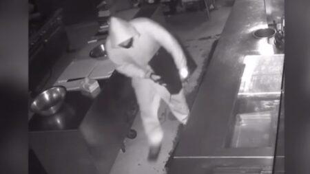 """Dueño de restaurante ofrece trabajo a ladrón que irrumpió en su negocio: """"Vamos a sentarnos y hablar"""""""