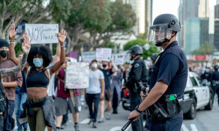 """Sheriff de L.A. culpa a """"Defund the Police"""" y políticas progresistas por aumento de delitos violentos"""