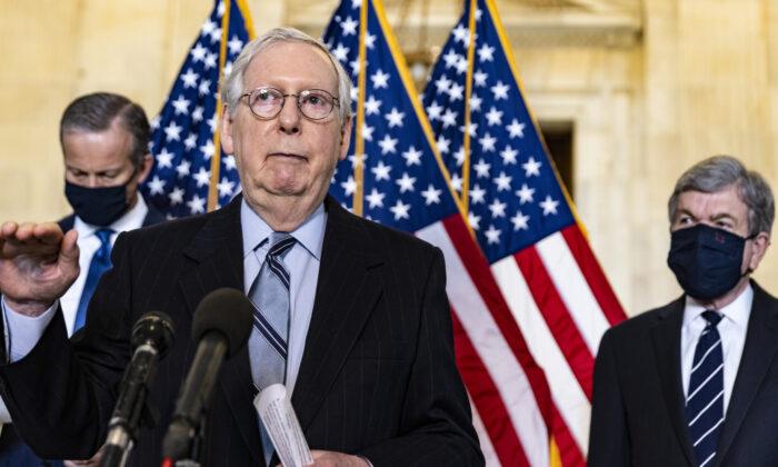 El líder de la minoría del Senado, Mitch McConnell (R-Ky.), habla con los medios de comunicación después del almuerzo semanal de los líderes republicanos en el Capitolio de EE. UU., en Washington, el 23 de marzo de 2021. (Tasos Katopodis/Getty Images)