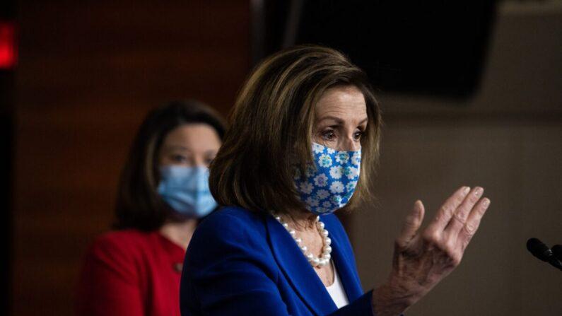 La presidenta de la Cámara de Representantes, Nancy Pelosi (D-Calif.), habla con los periodistas en el Capitolio de EE. UU. en Washington el 19 de marzo de 2021. (Graeme Jennings/Pool/AFP vía Getty Images)