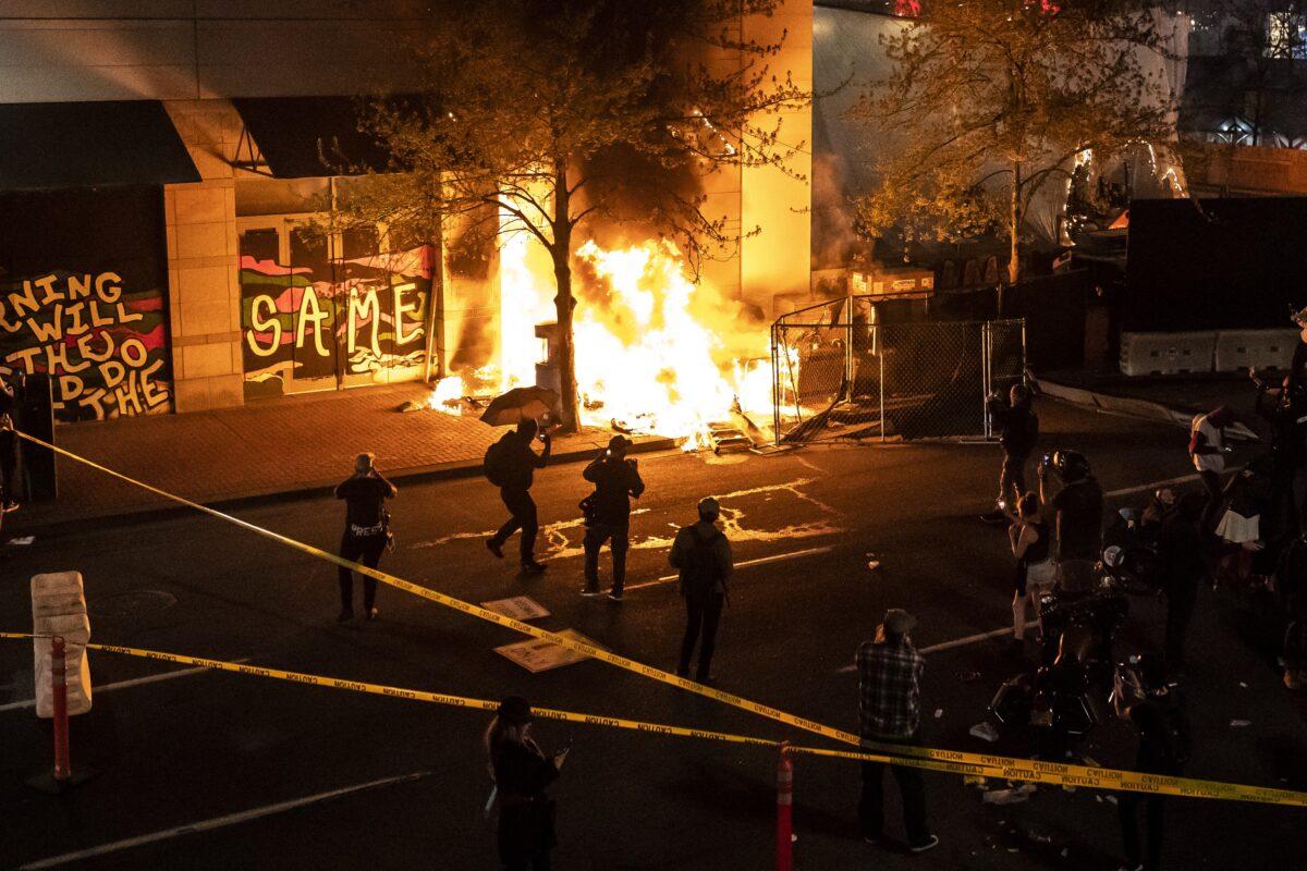 Disturbios estallan en todo Estados Unidos tras disparos realizados por la policía