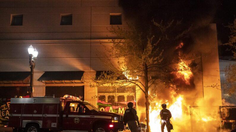 La policía y los bomberos de Portland responden a un incendio provocado por alborotadores Portland, Oregón, el 17 de abril de 2021. (Nathan Howard/Getty Images)