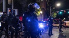 Alborotadores de Portland rompen ventanas de Starbucks y atacan a un policía
