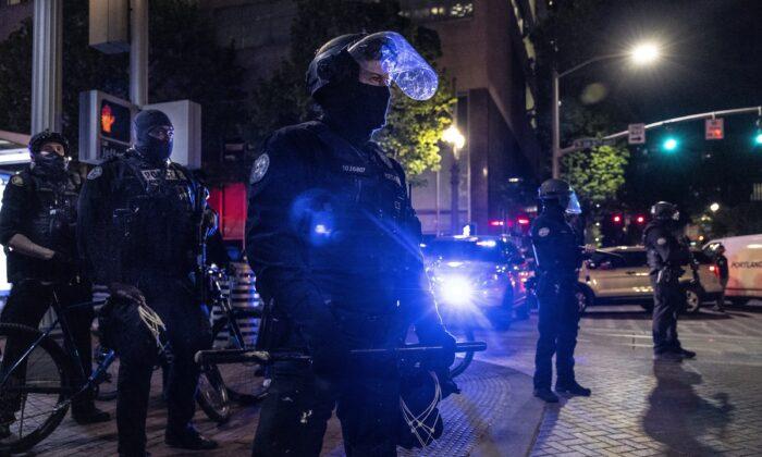 Agentes de policía de Portland en el centro de Portland (Oregón) el 20 de abril de 2021. (Paula Bronstein/Getty Images)
