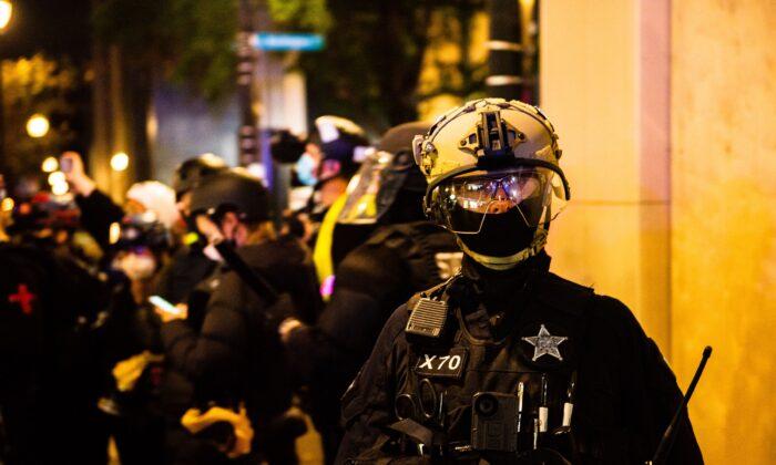 La policía de Portland se despliega en Portland, Oregón, el 4 de noviembre de 2020. (Kathryn Elsesser/AFP vía Getty Images)