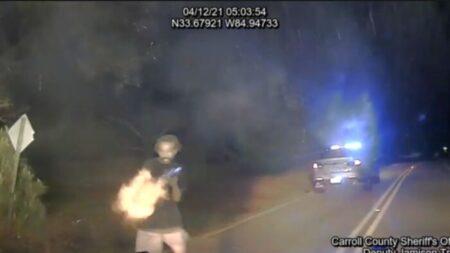 Vídeo: Hombre armado con AK-47 abre fuego contra oficiales de Georgia