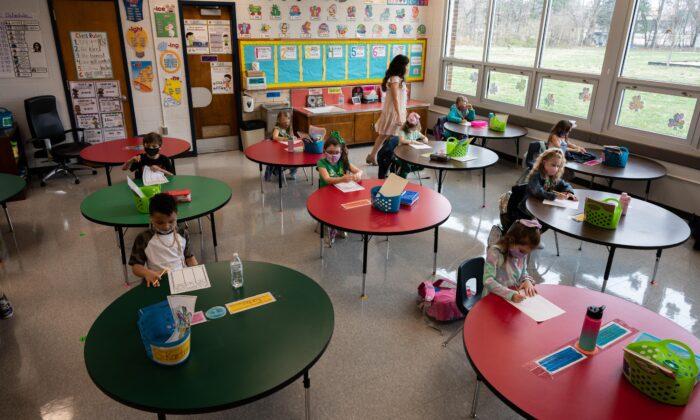 Una sesión de clase en la Escuela Primaria Medora en Louisville, Kentucky, el 17 de marzo de 2021. (Jon Cherry/Getty Images)