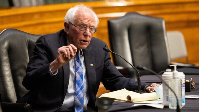El senador Bernie Sanders (I-Vt.) habla durante una audiencia en el Capitolio en Washington el 27 de enero de 2021. (Graeme Jennings/Pool/Getty Images)