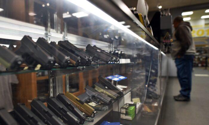 Un hombre mira armas de mano en un campo de tiro en Randolph, Nueva Jersey, el 9 de diciembre de 2015. (Jewel Samad/AFP vía Getty Images)