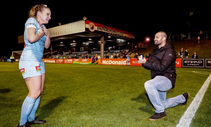 Matt Stonham proponiéndole matrimonio a Rhali Dobson después de su último partido en la Reserva Frank Holohan en Melbourne, Australia, el 25 de marzo de 2021. (Darrian Traynor/Getty Images)