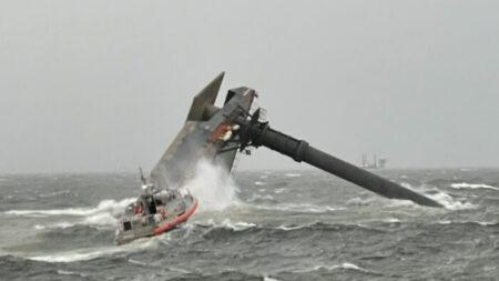 Rescatan a 6 personas y desaparecen 12 tras naufragar una embarcación frente a la costa de Luisiana