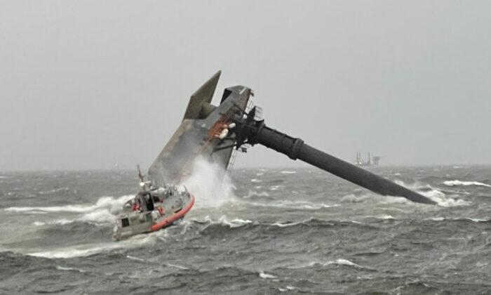 Los guardacostas y varias embarcaciones acudieron al rescate de la embarcación volcada y buscaron a varias personas desaparecidas en el agua. (USCG/Guardacostas Glenn Harris)