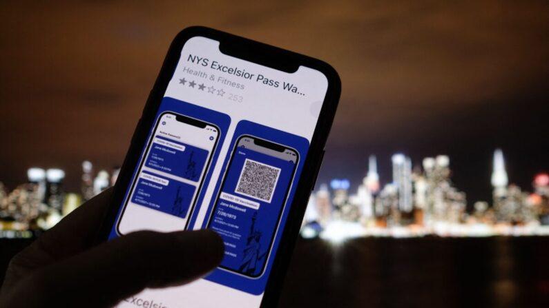 Esta foto de ilustración tomada en Los Ángeles el 6 de abril de 2021 muestra a una persona mirando la app del Excelsior Pass del Estado de Nueva York, que proporciona una prueba digital de una vacuna COVID-19. (Chris Delmas/AFP vía Getty Images)