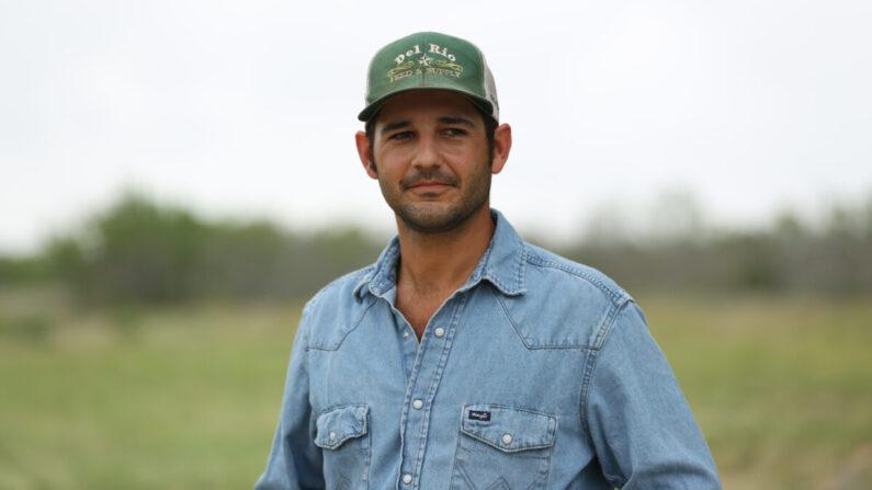 Cole Hill en su rancho en el condado de Kinney, Texas, el 25 de mayo de 2021. (Charlotte Cuthbertson/The Epoch Times)