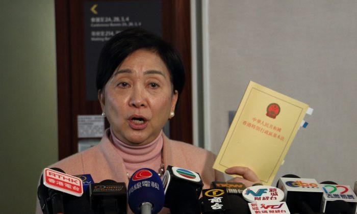 La antigua presidente del Partido Demócrata de Hong Kong, Emily Lau, habla en una conferencia de prensa en Hong Kong, el 21 de enero de 2015. (Choi Man Man/The Epoch Times)
