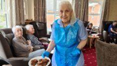 Abuelita de 83 años se ofrece como voluntaria y ayuda a sus cuidadores en la residencia donde vive