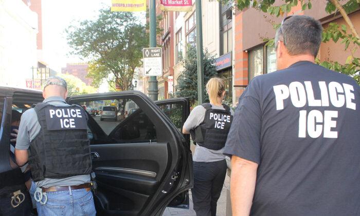 Agentes de ICE llevan a cabo una operación para arrestar a inmigrantes ilegales en Filadelfia, Pensilvania, el 25 de septiembre de 2019. (ICE)