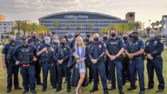 Departamento de Policía de Florida hace inolvidable la graduación universitaria de la hija de un oficial caído