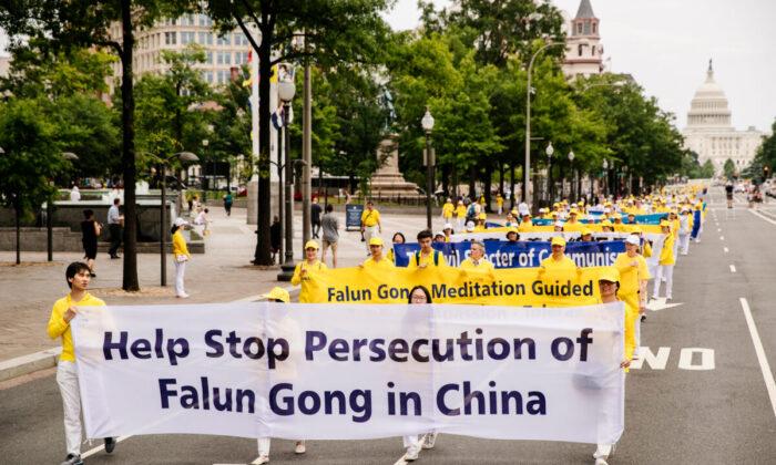 Practicantes de Falun Dafa participan en una gran marcha para pedir el fin de la persecución de Falun Gong en China, en Washington el 20 de junio de 2018. (Edward Dye/The Epoch Times)