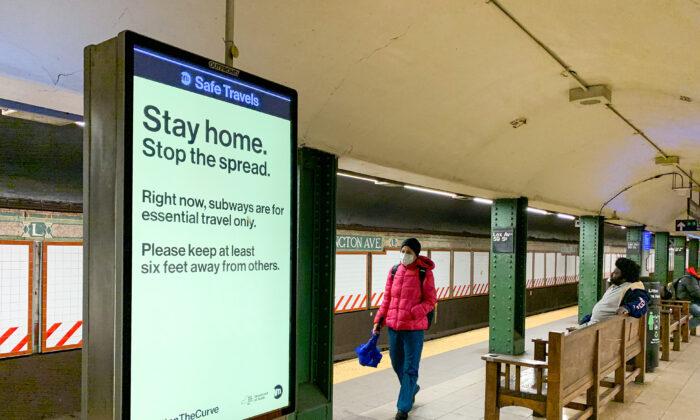 La gente lleva mascarillas en una estación de metro en medio de la pandemia COVID-19, en la ciudad de Nueva York el 29 de marzo de 2020. (Chung I Ho/The Epoch Times)