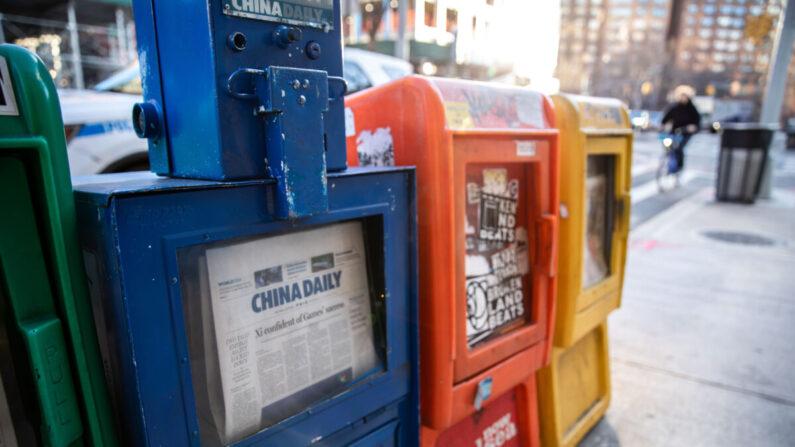 Un recuadro de periódico del China Daily está junto con otros periódicos gratuitos en Nueva York el 20 de enero de 2021. (Chung I Ho/The Epoch Times)