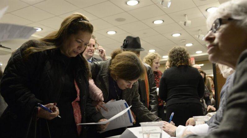 Potenciales buscadores de empleo hablan con empleadores en una feria de búsqueda de trabajo en Nueva York (EE.UU.). EFE/ANDREW GOMBERT/Archivo