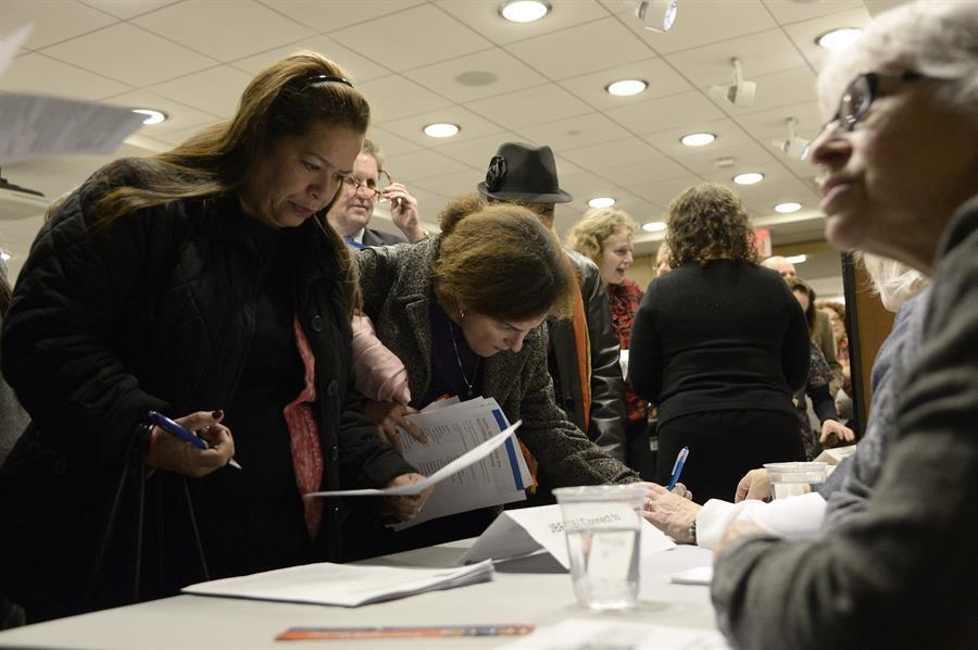 Las solicitudes semanales de subsidio por desempleo caen a 498,000 en EE.UU.