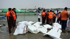 Al menos 26 muertos al volcar una embarcación con pasajeros en Bangladesh