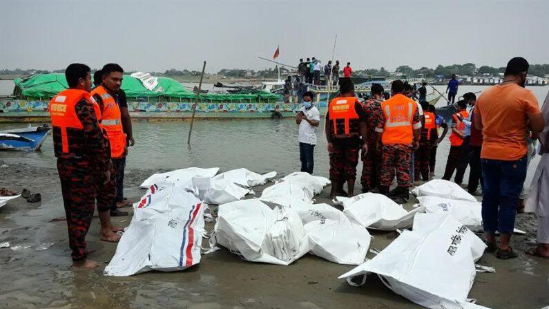 Al menos 26 personas murieron este lunes 3 de mayo de 2021 después de que una embarcación con pasajeros volcase tras ser golpeada por otro barco en el río Padma, en el centro de Bangladesh, sin que se sepa todavía si puede haber más desaparecidos por el naufragio. Foto tomada en Madaripur (Bangladesh). EFE/EPA/STR