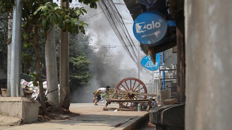 Cinco personas, entre ellos un parlamentario destituido y tres policías insurrectos a la junta militar de Birmania, murieron este lunes por la explosión de un paquete bomba mientras se escondían en una casa en la ciudad de Bago, a 70 kilómetros de Rangún, informan el martes medios locales. Foto de archivo de Mandalay (Birmania) EFE/EPA/STRINGER