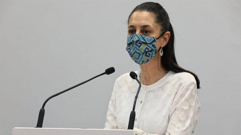 Fotografía cedida por el Gobierno de la Ciudad de México de la Jefa de Gobierno, Claudia Sheinbaum Pardo, durante una conferencia de prensa en el Antiguo Palacio del Ayuntamiento, el 1 de mayo de 2021 en la Ciudad de México (México). EFE/ Gobierno de la Ciudad de México
