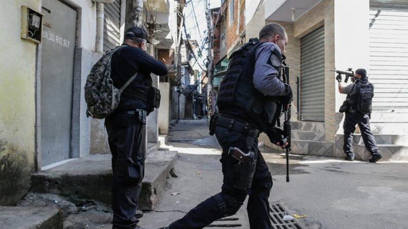 Miembros de la Policía realizan un operativo contra una banda de narcotraficantes el 6 de mayo de 2021, en un favela de Río de Janeiro (Brasil). EFE/ André Coelho/Archivo