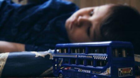 """Niño de 3 años sobrevive de una caída de un quinto piso: """"Es un milagro que esté vivo"""""""