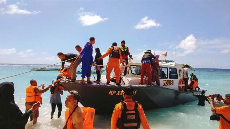 Una foto facilitada por la Agencia Nacional de Búsqueda y Rescate de Indonesia (BASARNAS) muestra a los rescatistas evacuando a los pasajeros de un barco de pasajeros Karya Indah incendiado después de que se incendiara en el Mar de Molucas, Indonesia, el 29 de mayo de 2021. EFE / EPA / BASARNAS