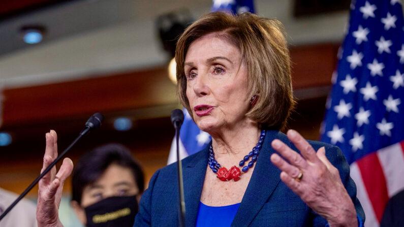 La presidenta de la Cámara de Representantes, Nancy Pelosi, pronuncia un discurso durante una conferencia de prensa en el Capitolio de los Estados Unidos en Washington, DC, EE. UU., el 18 de mayo de 2021. (EFE/EPA/SHAWN THEW)