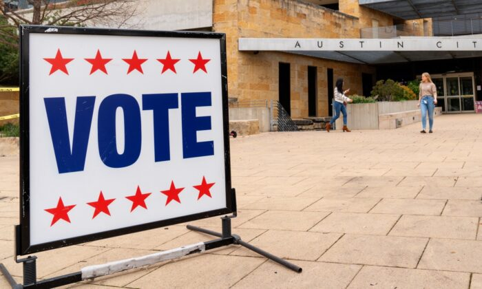 Los votantes entran y salen del Ayuntamiento de Austin durante las primarias presidenciales en Austin, Texas, el 3 de marzo de 2020. (Suzanne Cordeiro/AFP vía Getty Images)