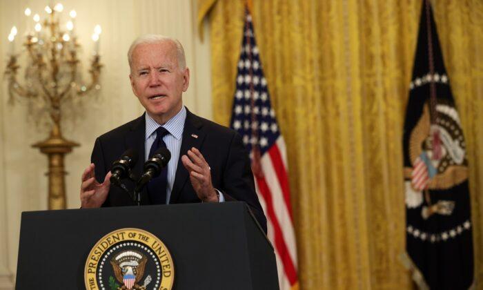 El presidente Joe Biden habla sobre las cifras de empleo de abril de 2021 en la Sala Este de la Casa Blanca en Washington el 7 de mayo de 2021. (Alex Wong/Getty Images)